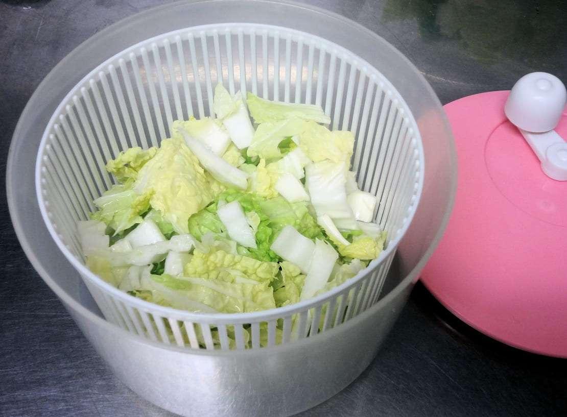 白菜の水を切る