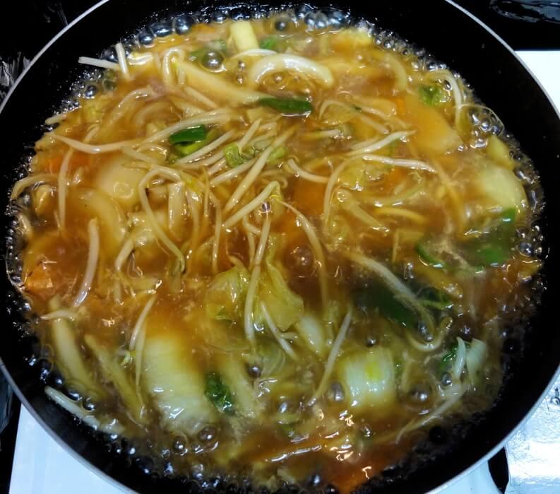 野菜を煮込む