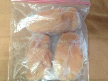 鶏胸肉をジップロックへ入れて保存する