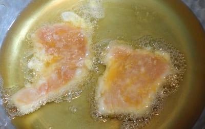 鶏むね肉を油で揚げる