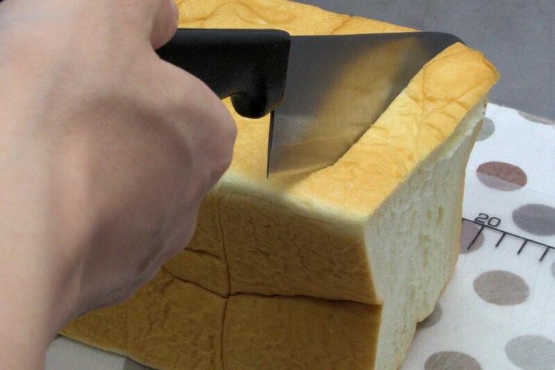 乃が美の食パンをカットする