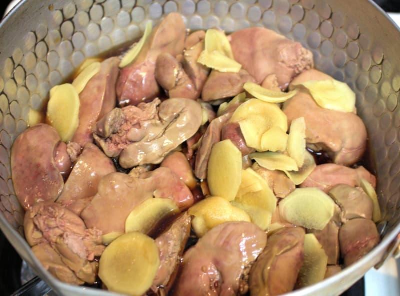 鍋でレバーの甘辛煮を作る
