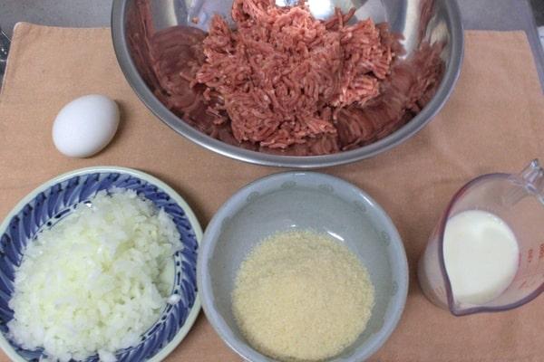 煮込みハンバーグの材料一覧