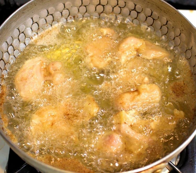 鶏もも肉を中火で揚げていく