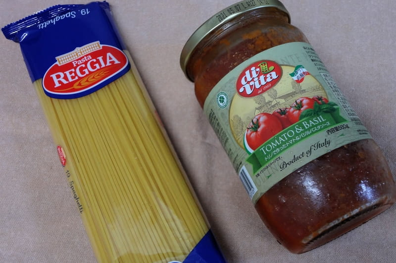 トマト&バジルパスタソースでパスタを作る
