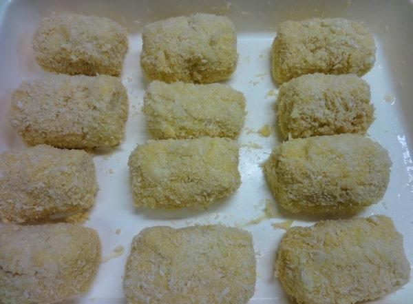 俵型に成形しパン粉をつける